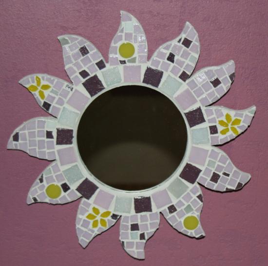 miroir en mosaique de forme soleil. Black Bedroom Furniture Sets. Home Design Ideas