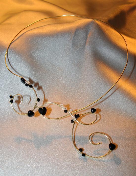 Collier en fil d'alu avec cristal de swarovski ( coeurs, toupies, rond