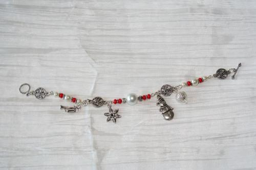 bracelet-fetes-de-noel-pere-noel-bonhomme-de-neige-avec-perles-en-verre-rouge-et-blanches-bijoux-artisanaux-l-atelier-de-samantha-5.jpg