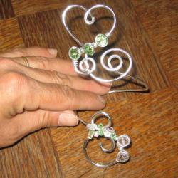 bracelet-fil-alu-argent-forme-de-coeur-avec-fleur-de-tissu-verte-et-perles-en-cristal-verte-et-cristal-l-atelier-de-samantha-1.jpg
