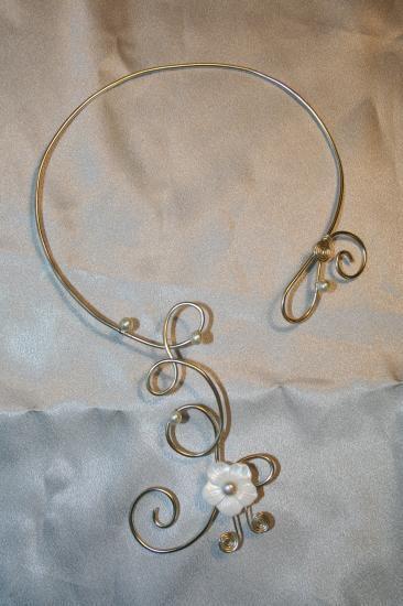 collier-de-mariee-en-fil-daluminium-avec-fleu1.jpg