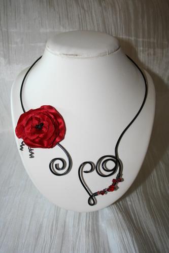 Collier fantaisie en fil alu noir avec fleur rouge coquelicot l atelier de samantha collier de mariee collier soiree 1