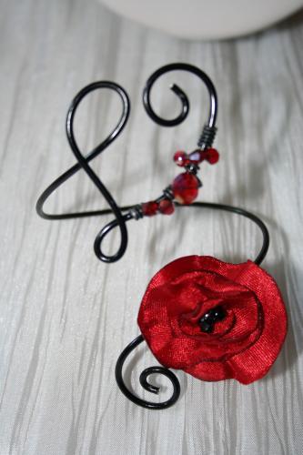 bracelet fantaisie en fil alu noir avec fleur rouge coquelicot l atelier de samantha collier de mariee collier soiree 4