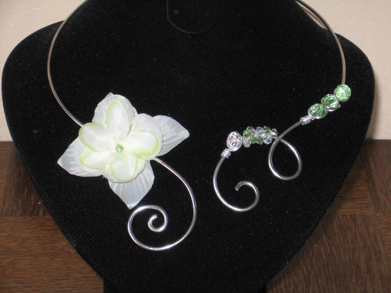 collier-fil-alu-argent-avec-fleur-de-tissu-verte-et-perles-en-cristal-verte-et-cristal-l-atelier-de-samantha-1.jpg