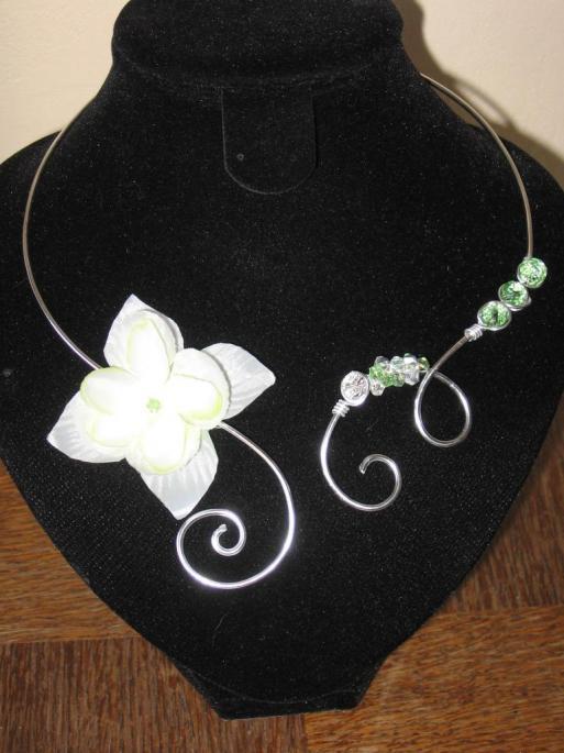 collier-fil-alu-argent-avec-fleur-de-tissu-verte-et-perles-en-cristal-verte-et-cristal-l-atelier-de-samantha-2.jpg