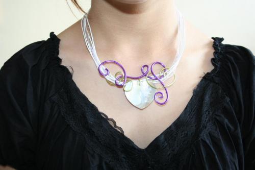 coueur-de-nacre-rehausse-de-fil-alu-l-atelier-de-samantha-bijoux-fantaisie-pendentif-fli-alu-bijoux-de-mariee-2.jpg