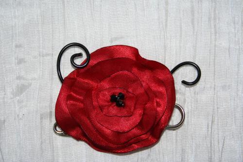 Epingle remonte traine robe de mariee fantaisie en fil alu noir avec fleur rouge coquelicot l atelier de samantha collier de mariee collier soiree 11