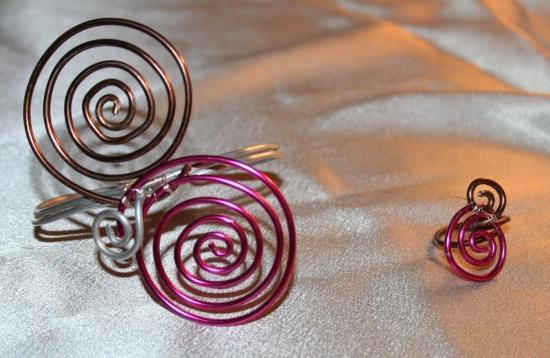 parure-en-fil-daluminium--chocolat---fuschia-.jpg