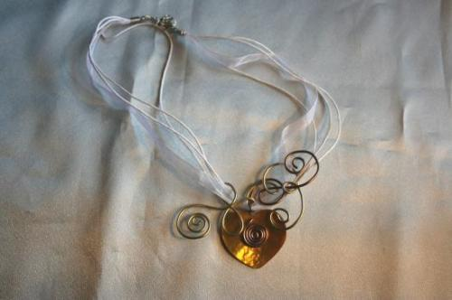 pendentif-en-fil-aluminium-et-coeur-de-nacre-1.jpg