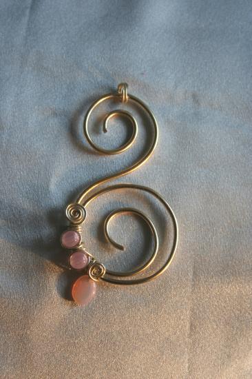 pendentif-fil-alu-et-perles-verre-rose-clair-.jpg