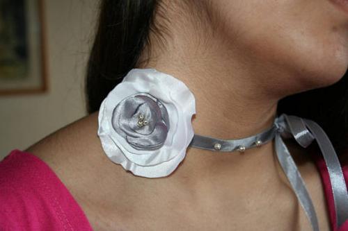 Rad de cou fleur tissu satin grise et blanche l atelier de samantha creation bijoux mariee creation bijoux fantaisie