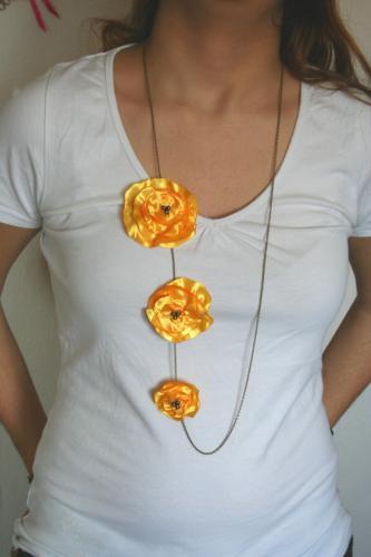Sautoir avec coquelicots, fleur en tissu satin , l'atelier de samantha , sautoir fantaisie artisanal, création bijoux  artisanal métal