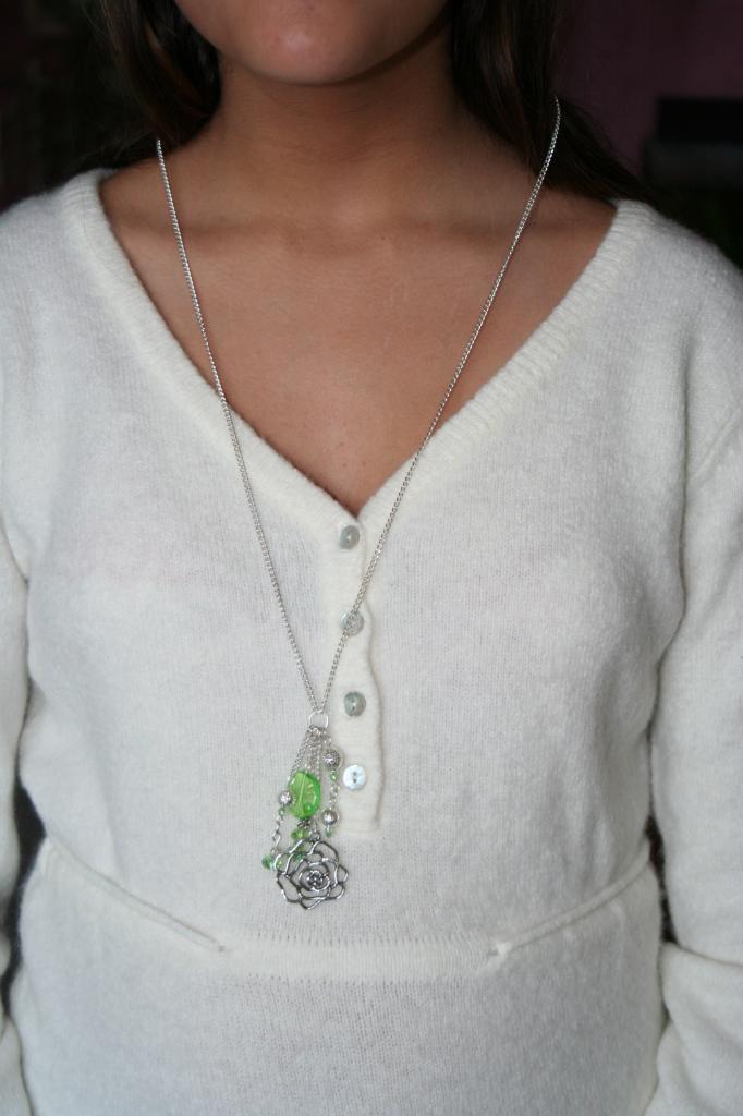 Sautoir métal et perles , création unique, sautoir fantaisie, l'atelier de samantha,création bijoux,création bijoux fantaisie,creation bijoux artisanale, breloque fleur métal